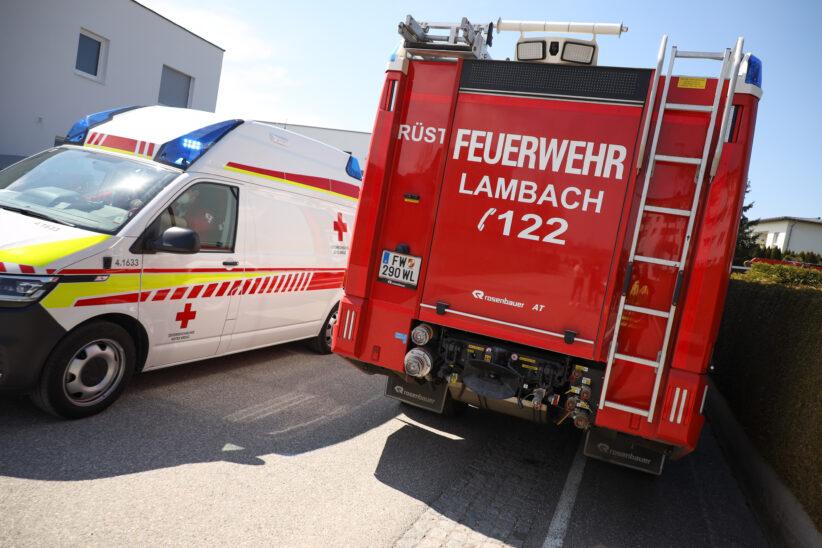 Feuerwehr, Notarzt und Rettungsdienst bei Personenrettung von Balkon in Lambach im Einsatz