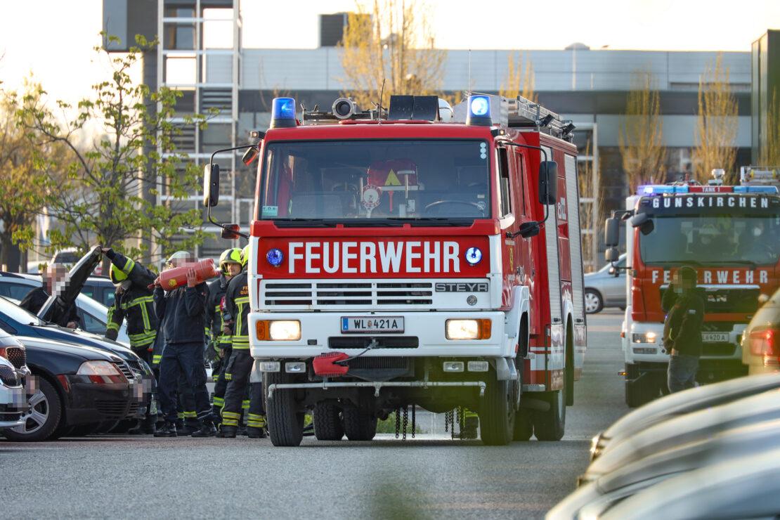 Feuerwehr bei PKW-Brand auf Parkplatz eines Unternehmens in Gunskirchen im Einsatz