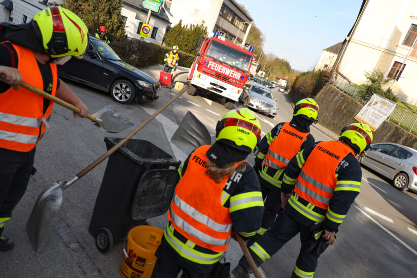 """Betonschotter und Ölspur: Doppelter Einsatz für die Feuerwehr auf der """"Stiftskreuzung"""" in Lambach"""