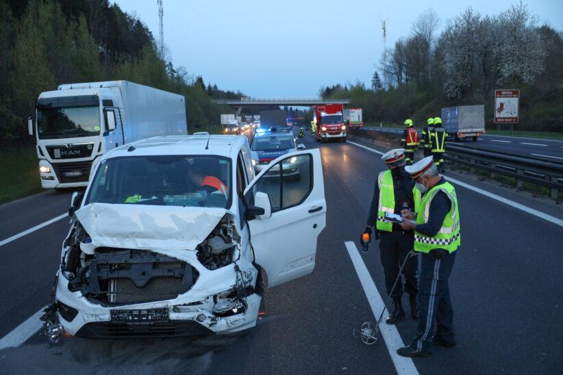 Feuerwehr bei Aufräumarbeiten nach Verkehrsunfall auf Innkreisautobahn im Einsatz