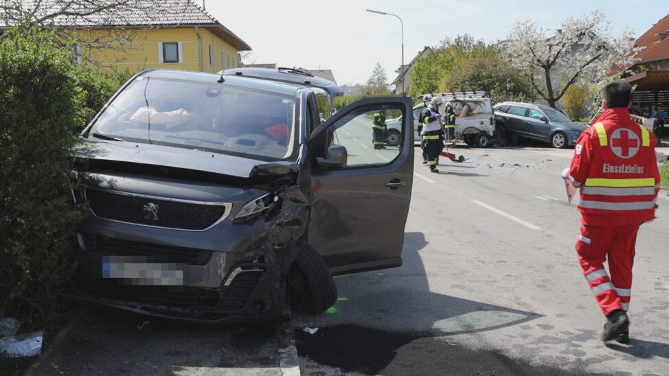 Fünf teils Schwerverletzte bei Crash zwischen drei Fahrzeugen in Pichl bei Wels