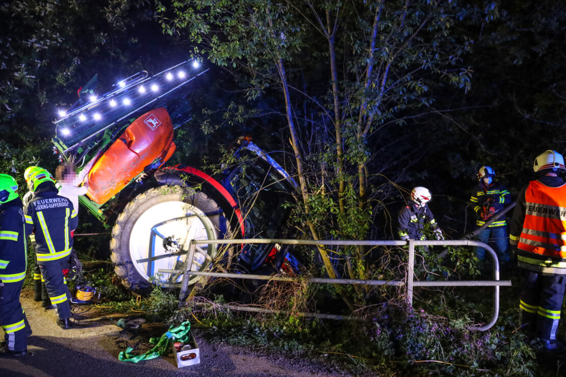 Bergung eines verunfallten Traktors aus einem Bachbett in Sipbachzell