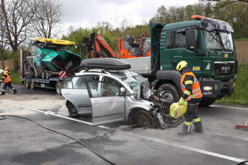 Schwerer Crash zwischen LKW samt Anhänger und PKW auf Pyhrnpass Straße in Thalheim bei Wels