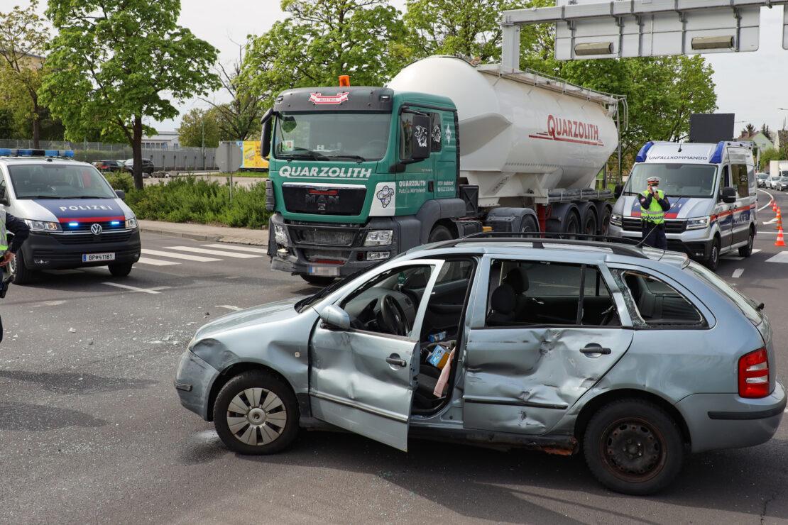 Heftiger Crash in einem Kreuzungsbereich in Wels-Pernau fordert eine verletzte Person