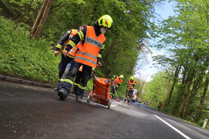 Zwei Feuerwehren und Kehrmaschine bei Ölspur im Einsatz