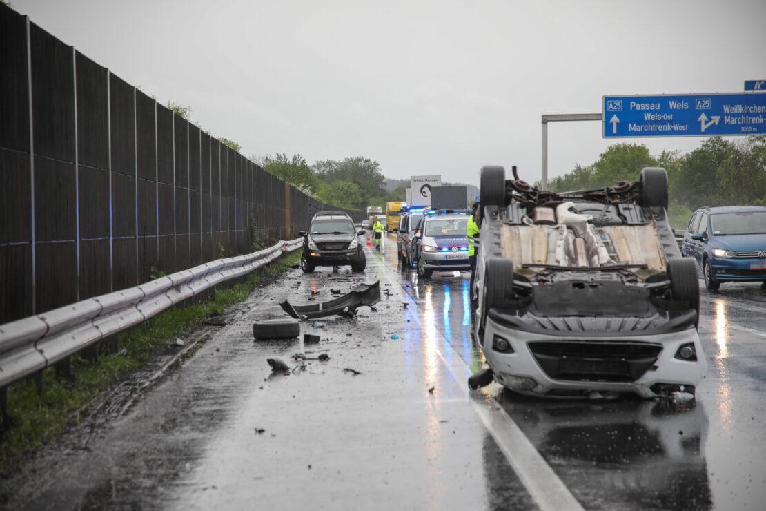 Blechsalat bei Verkehrsunfall auf Welser Autobahn in Weißkirchen an der Traun