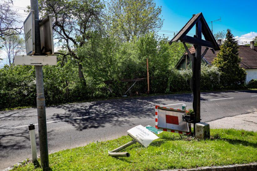 Telefonleitung und Verkehrszeichen bei Unfall in Edt bei Lambach beschädigt