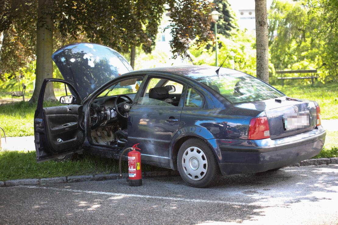 Brand im Innenraum eines abgestellten Autos in Wels-Neustadt