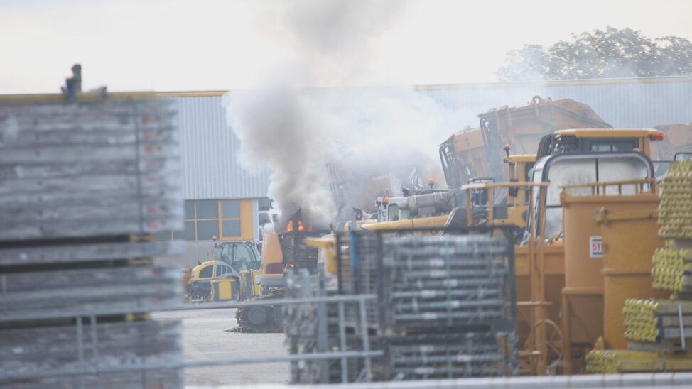 Brand einer Baumaschine in Marchtrenk durch Einsatzkräfte zweier Feuerwehren rasch gelöscht