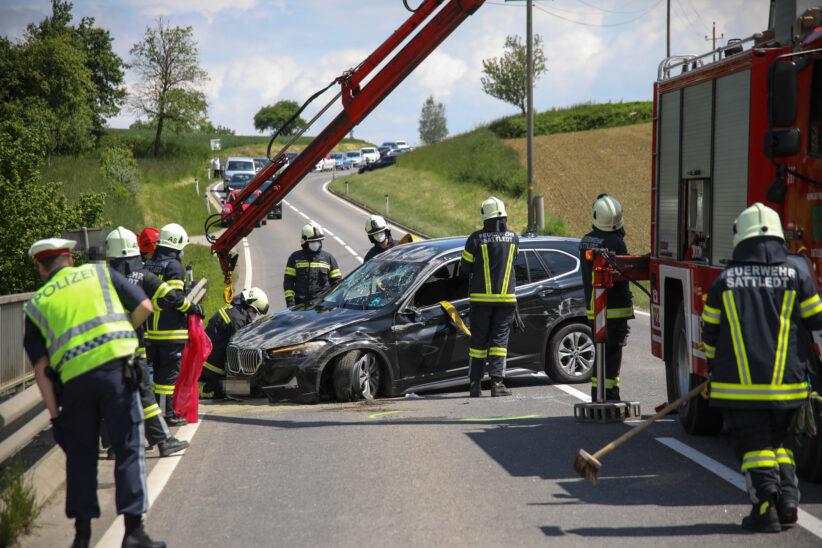 Auto auf Voralpenstraße bei Sattledt gegen Leitschiene gekracht
