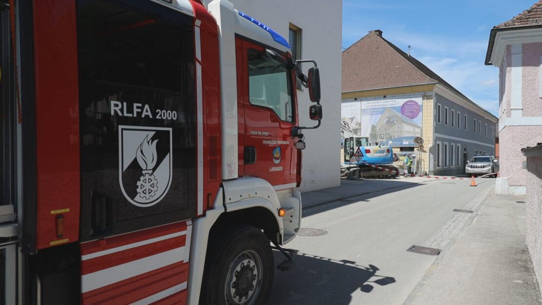 Gasleitung abgebaggert: Einsatz von Feuerwehr und Energieversorgungsunternehmen in Lambach