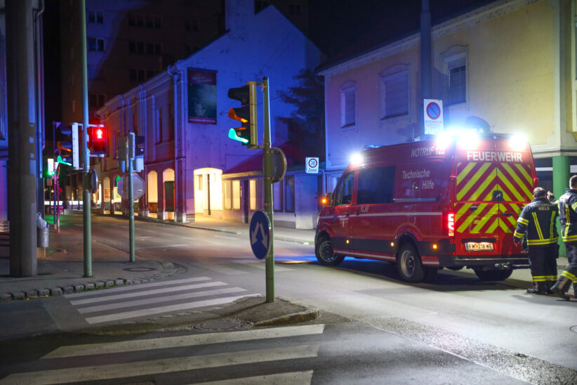 Glassplitter: Nächtlicher Einsatz der Feuerwehr in Wels-Innenstadt