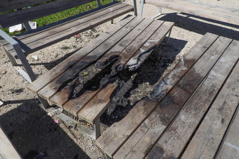 Einsatz der Feuerwehr: Tische in einem Park in Wels-Vogelweide angezündet