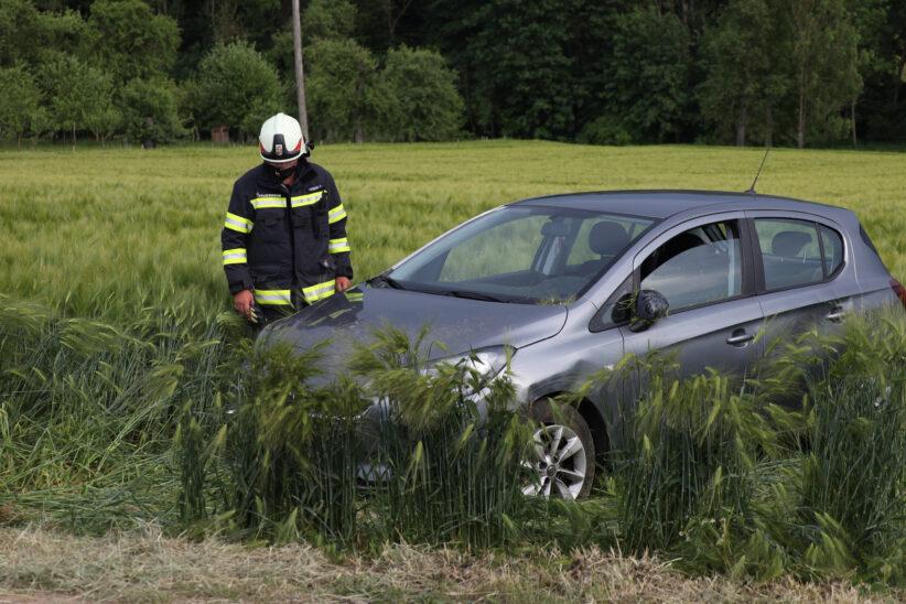 Auto landet im Feld: Schwerer Verkehrsunfall bei Buchkirchen endet glimpflich