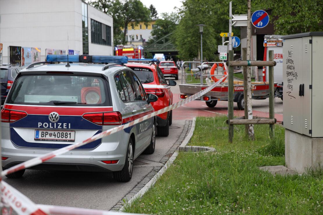 Tödliches Ereignis: Person in Wels-Innenstadt durch Einsatzkräfte leblos aus der Traun geborgen