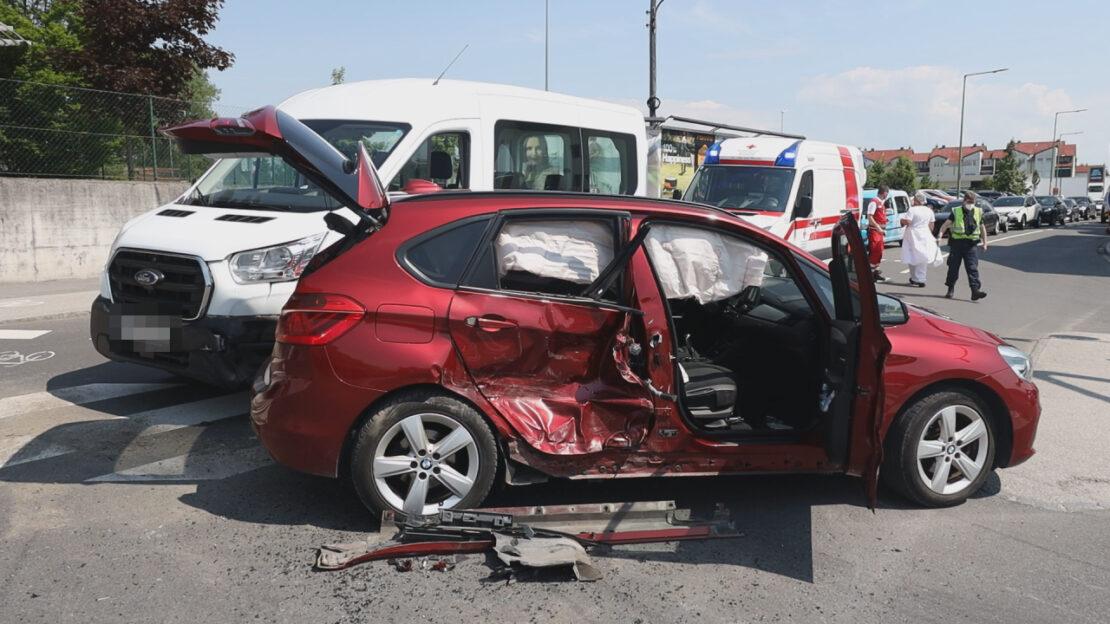 Vier Verletzte bei Kreuzungscrash mit drei Fahrzeugen in Wels-Vogelweide