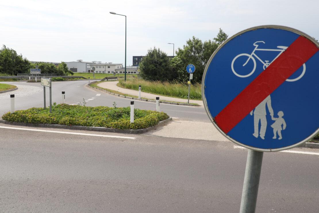 Angefahrenes Unfallopfer bei Verkehrsunfall in Weißkirchen an der Traun bewusstlos liegen gelassen
