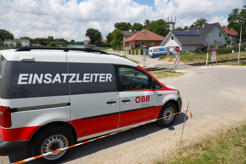 Kollision zwischen PKW und Regionalzug auf Bahnübergang in Sattledt endet glimpflich