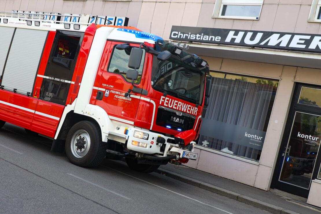 Brandgeruch durch defekten WC-Lüfter in einem Büro- und Wohngebäude in Wels-Innenstadt