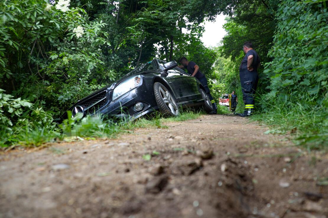 Auto steckte in schmalem Trampelpfad fest - Schwieriger Einsatz für die Feuerwehr in Wels-Neustadt