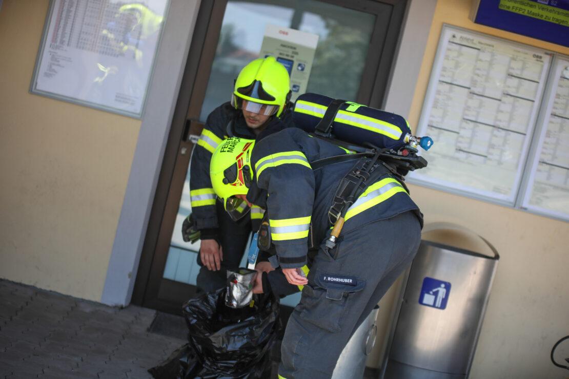 Brandeinsatz: Glosender Abfall in einem Mistkübel am Bahnhof in Marchtrenk