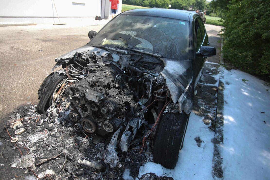 Motorraum eines Autos in Bad Wimsbach-Neydharting in Flammen aufgegangen