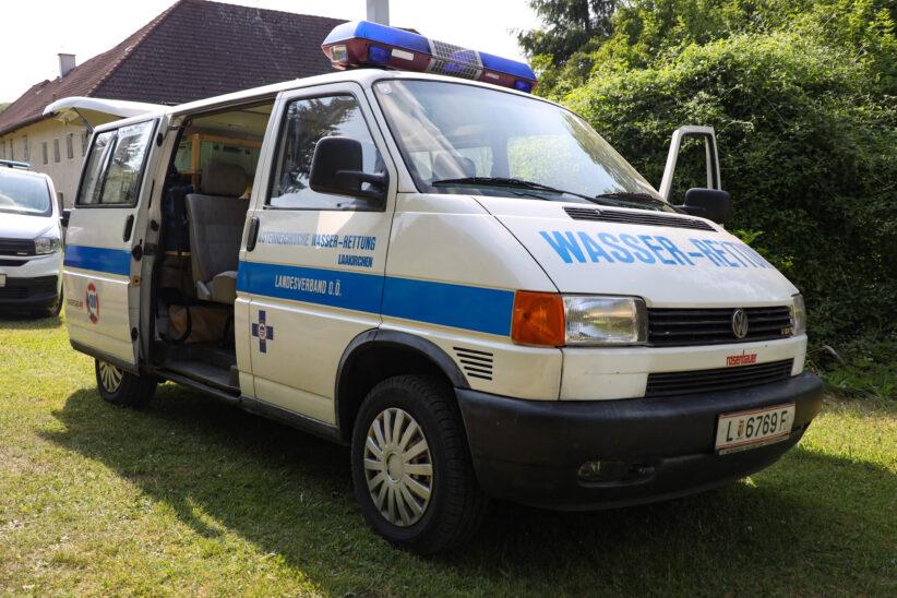 Personenrettung: Person bei Stadl-Paura mit Einsatzboot der Feuerwehr aus der Traun gerettet