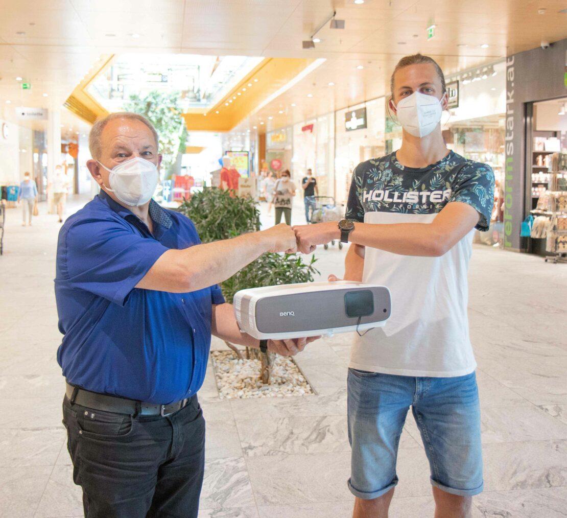 Florian aus Steinerkirchen gewinnt Beamer beim max.center-Instagram-Gewinnspiel