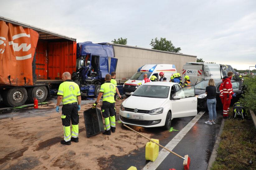 Serienunfall mit 13 Fahrzeugen und sechs Verletzten auf der Welser Autobahn bei Weißkirchen an der Traun