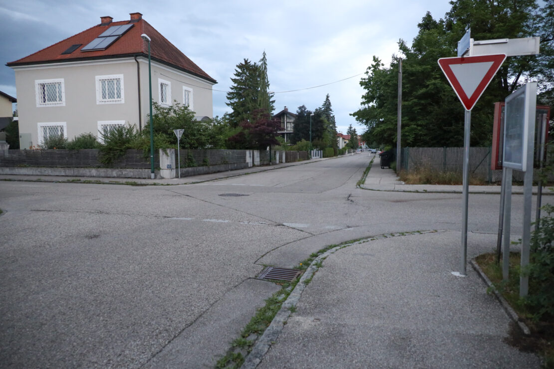 Motorrad gegen E-Scooter: Schwer- und Leichverletzter bei schwerer Kollision in Wels-Neustadt