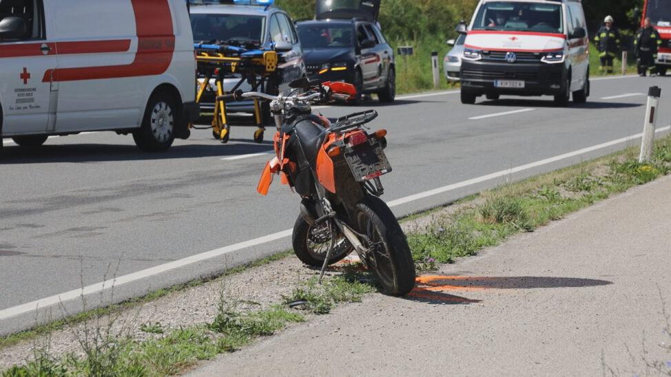 Vier teils Schwerverletzte bei Motorradkollision auf Pyhrnpass Straße in Sattledt