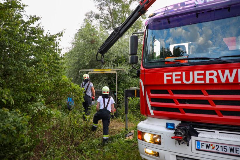 Auto bei Verkehrsunfall in Wels-Waidhausen beinahe in Teich und kleinem Bach gelandet