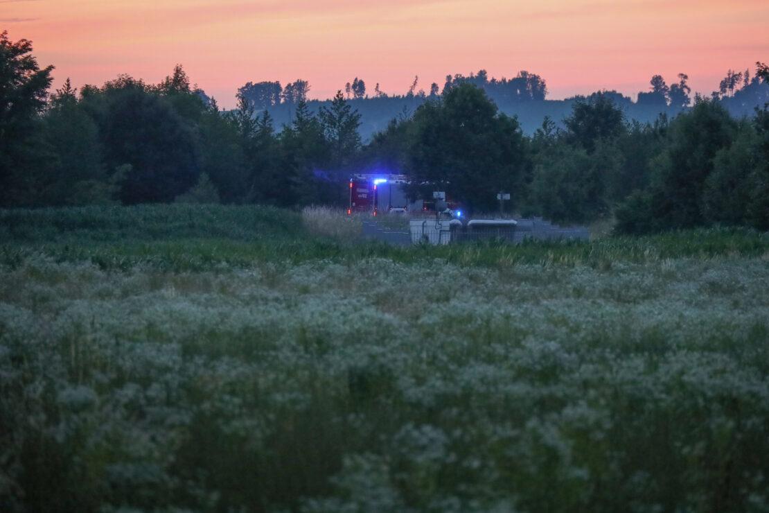 Einsatzkräfte der Feuerwehr bei vermutetem Flurbrand in Wels im Einsatz