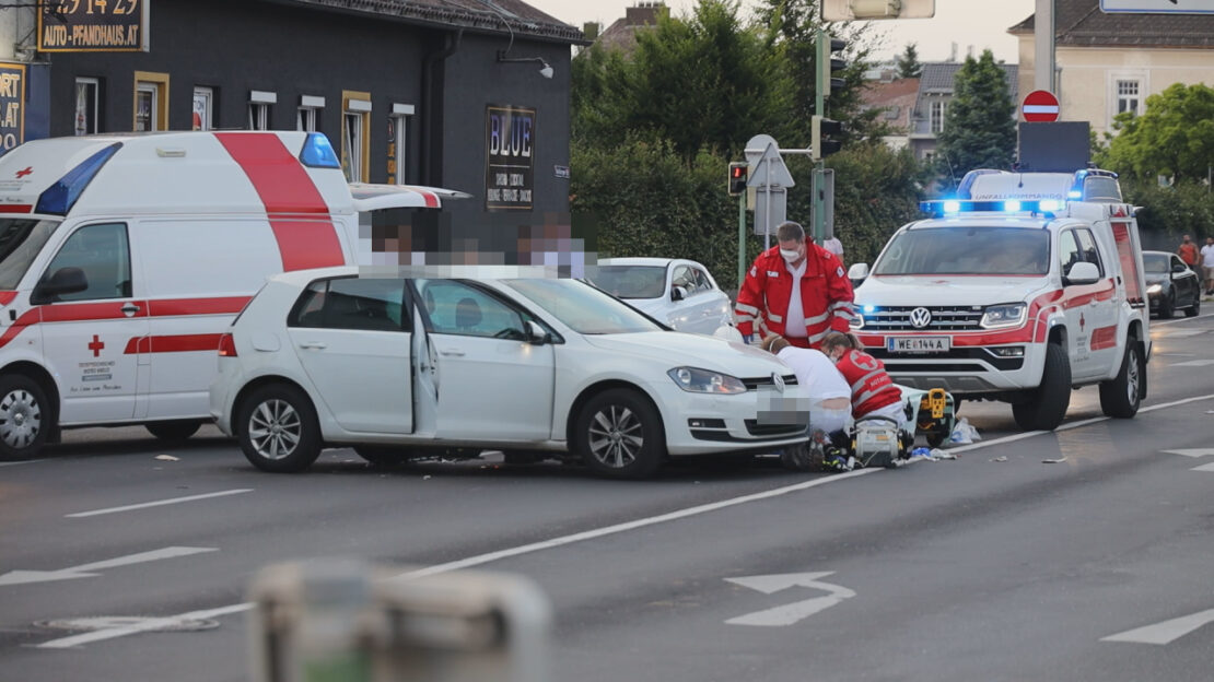 Motorradlenker bei Kollision mit ausparkendem Auto in Wels-Innenstadt schwerst verletzt