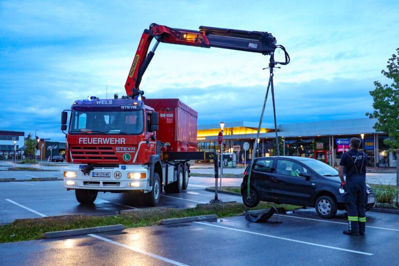 Auto steckte auf Parkplatz eines Einkaufszentrums in Wels-Schafwiesen im Regenwassersickerstreifen
