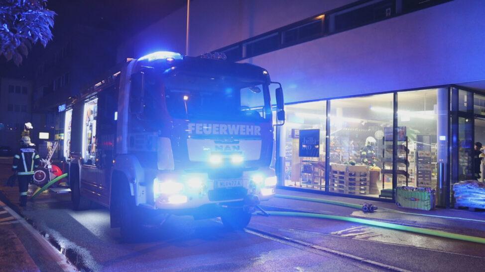 Brand einer Kühlvitrine in einem Lebensmittelmarkt in Thalheim bei Wels
