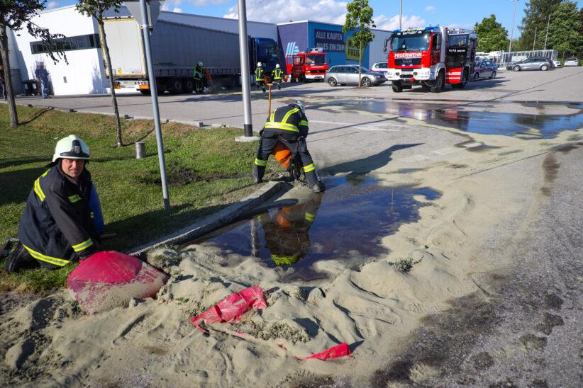 Hunderte Liter Diesel aus beschädigtem LKW-Tank fluteten Parkplatz in Sattledt