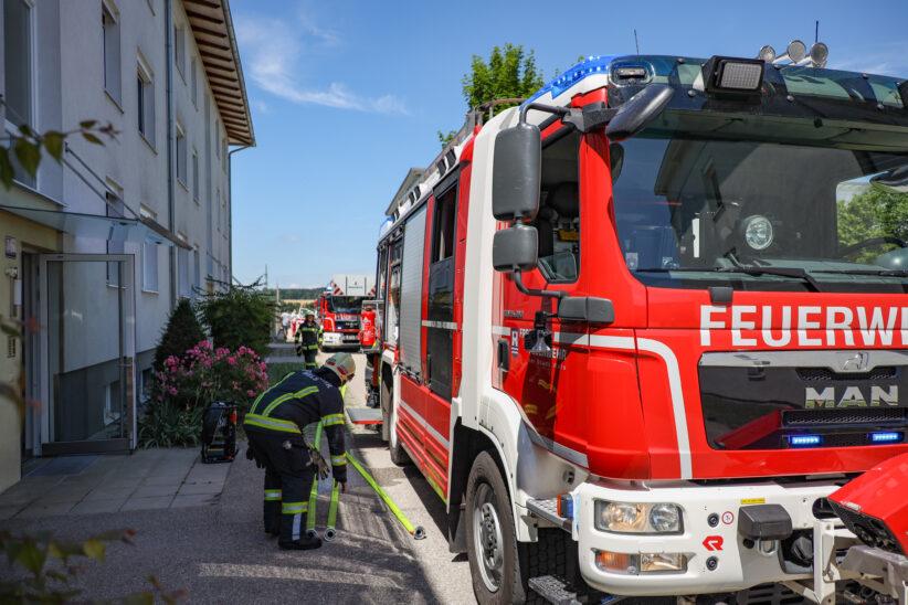 Küchenbrand in Wels-Vogelweide: Mieter durch Feuerwehrmann als Ersthelfer aus Brandwohnung gerettet