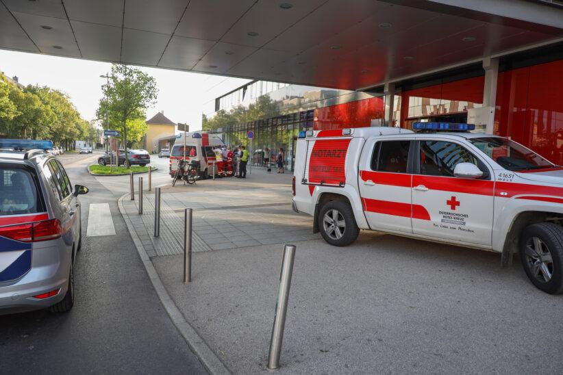 Einsatzkräfte bei Personenrettung im Bahnhofsbereich in Wels-Innenstadt im Einsatz
