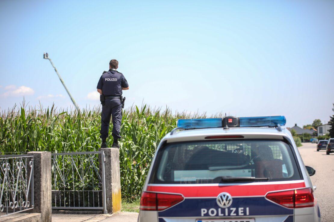 Polizeihubschrauber und Drehleiter der Feuerwehr bei Fahndung in Wels-Puchberg im Einsatz