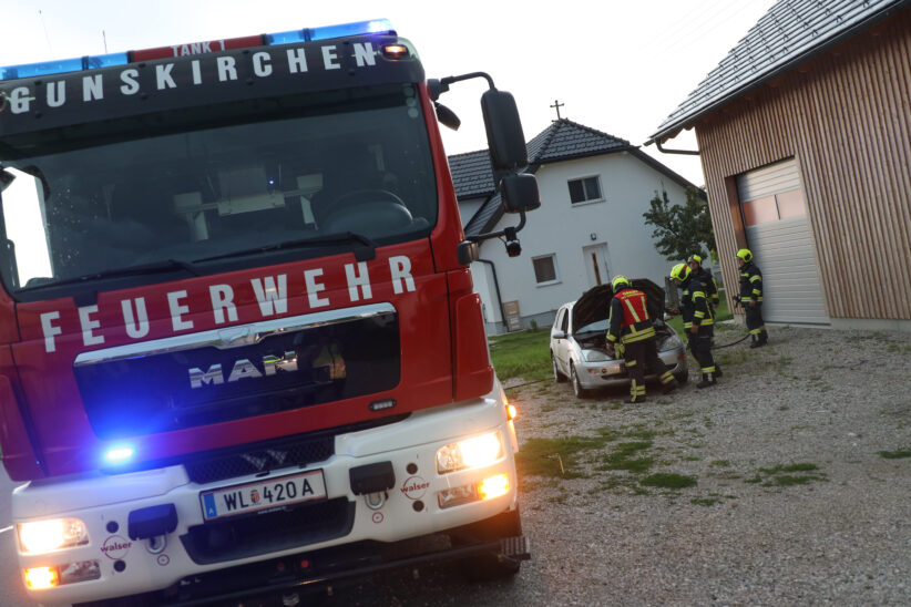 PKW-Brand auf Stoppelfeld in Gunskirchen