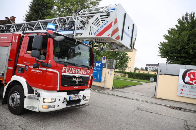 Einsatz der Feuerwehr nach gemeldetem Gasgeruch in Bildungszentrum in Wels-Pernau