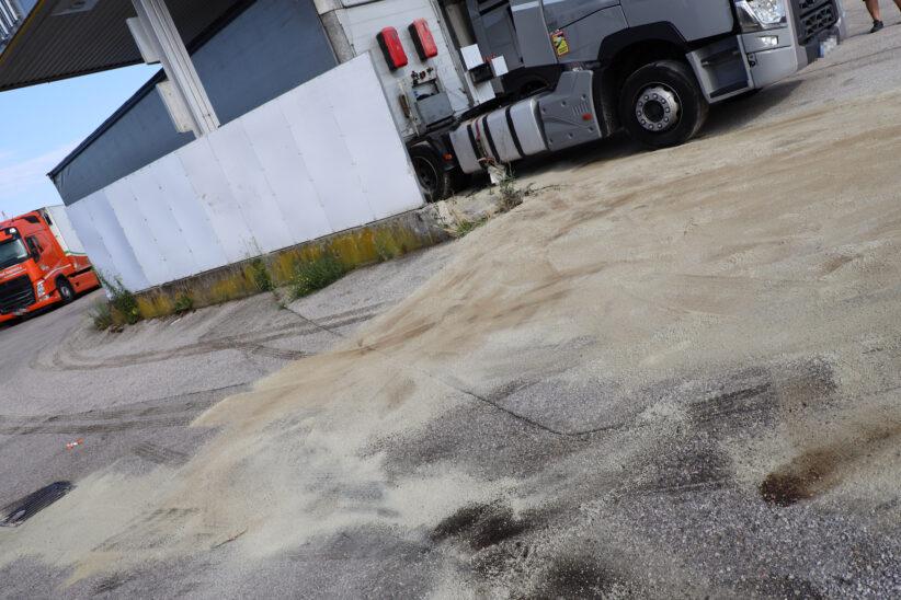 Dieseltank beschädigt: Feuerwehr bei Abdicht- und Bindemaßnahmen in Wels-Puchberg im Einsatz