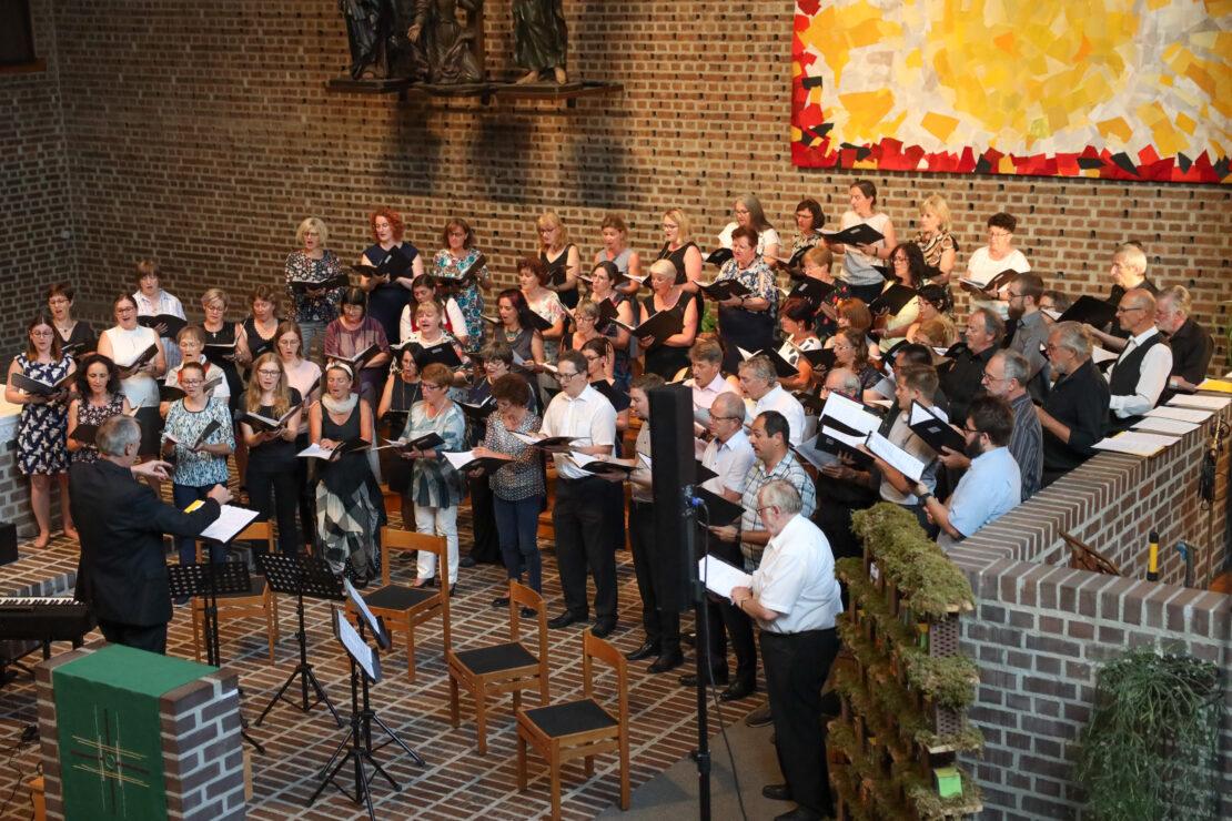 Taktstock statt Wanderstock: Abschlusskonzert der Chorsingwoche für Kirchenmusik - Stimmiges Konzert in Wels-Pernau