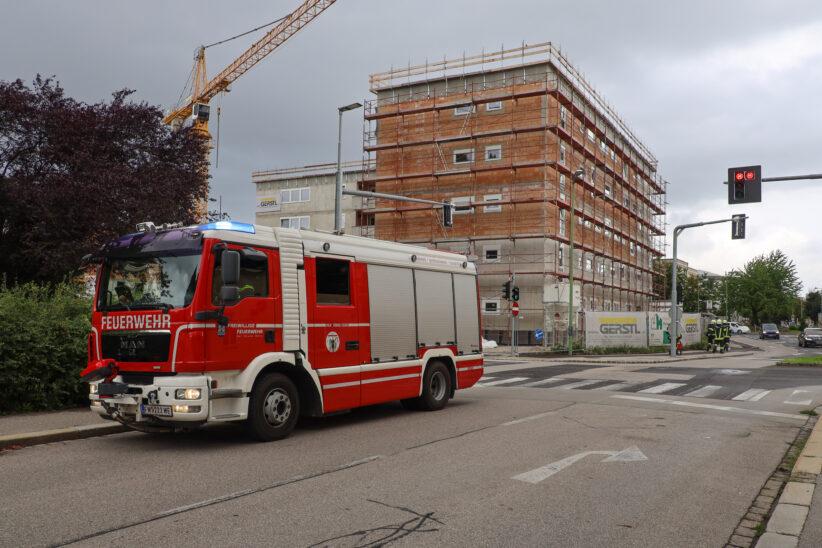 Isolieranstrich: Einsatzkräfte bei vermutetem Gasgeruch auf Baustelle in Wels-Innenstadt im Einsatz