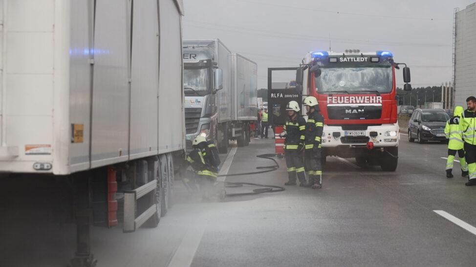 LKW-Brand auf Westautobahn bei Sattledt - Zwei Ersthelfer bei Löschmaßnahmen leicht verletzt