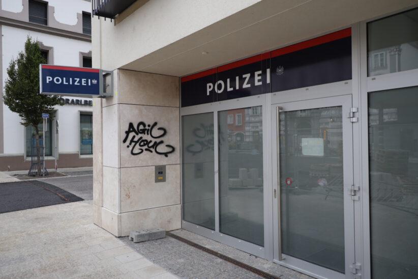 Schäden durch Graffiti: Polizeiinspektion und viele weitere Objekte im Welser Stadtgebiet beschmiert