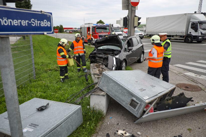 Auto kollidiert bei Verkehrsunfall in Wels-Schafwiesen mit Steuerungskasten der Ampelanlage