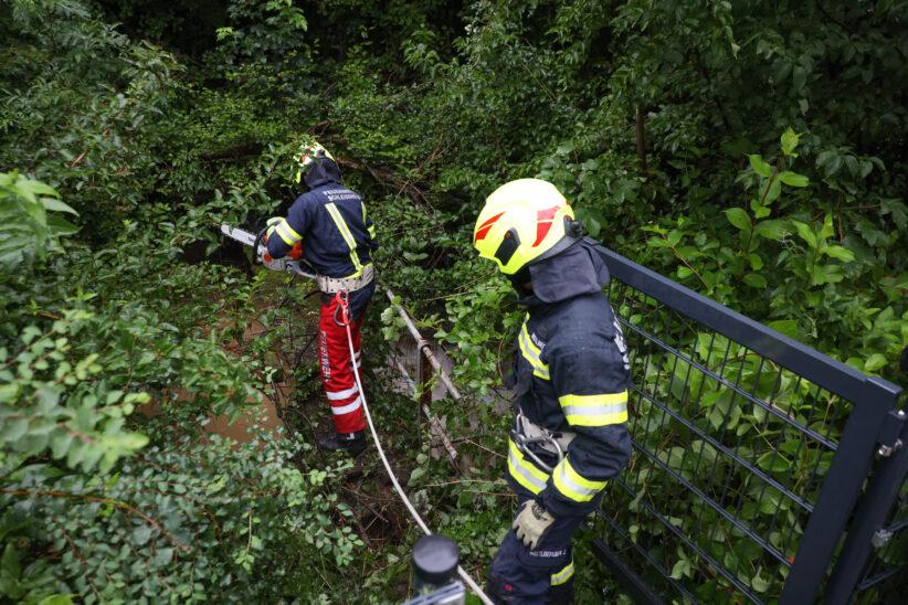 Feuerwehr bei Verklausungen nach stärkerem Regen an mehreren Stellen in Schleißheim im Einsatz