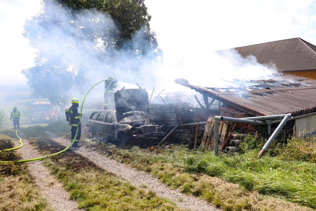 Drei Feuerwehren bei Garagenbrand neben Bauernhof in Neukirchen bei Lambach im Einsatz